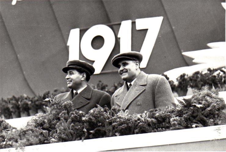 Gh. Gheorghiu-Dej şi Gh. Apostol, în tribuna centrală din Piaţa Aviatorilor, la demonstraţia oamenilor muncii cu prilejul celei de-a 35-a aniversări a Marii Revoluţii Socialiste din Octombrie.(7.11.1952). Fototeca online a comunismului romanesc. Cota: 197/1952