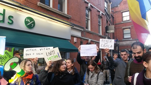 Circa 50 de români au demonstrat duminică în cartierul Kensington din vestul Londrei în sprijinul dreptului de a vota în turul al doilea al alegerilor prezidențiale din 16 noiembrie