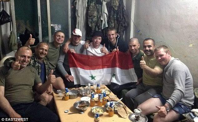 Militari ruși și sirieni sărbătorind împreună în Latakia